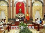 越南国家副主席邓氏玉盛会见南定省战争时期有功人员