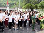 旅外越侨青年来访问河静省 来到同禄三岔路口遗迹区为青年烈士上香