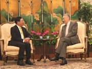 越南政府副总理兼外交部长范平明分别会见新加坡领导人