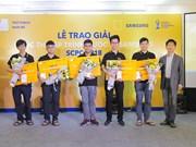 三星向国际程序设计奖获奖越南学生颁发奖状