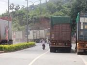 确保越南劳保—老挝丹沙湾国际口岸货运车辆顺利通关