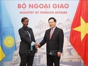 越南政府副总理兼外长范平明与卢旺达外交合作部长穆希基瓦博举行会谈