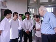 """2018年""""相约越南""""活动:诺贝尔物理学奖获奖教授与越南学生亲切交流和互动"""