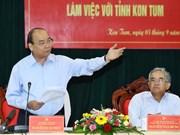 阮春福总理与昆嵩省领导举行工作会议
