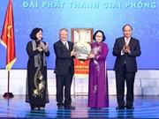 越南政府总理阮春福向越南之声广播电台授予人民武装力量英雄称号