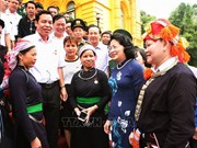 越南国家副主席邓氏玉盛会见老街省先进模范代表团