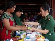 越南昆嵩省边防部队为柬埔寨边民免费体检及发放药物