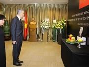 新加坡总理李显龙赴越南驻新加坡大使馆吊唁陈大光主席