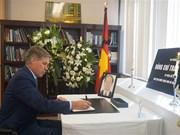 越南驻各国大使馆为陈大光主席举行吊唁仪式并设吊唁簿