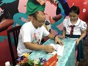 越南男足国家队韩国籍主教练朴恒绪助力越南贫困儿童开启足球之梦