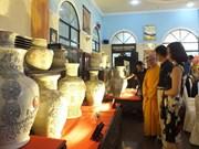浮雕越南传统花纹图案的陶瓷百瓶创越南纪录