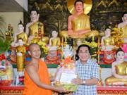 金瓯省领导代表向高棉族同胞报孝节致以节日祝福