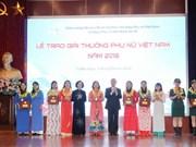 越南妇女奖颁奖仪式在河内举行 15个优秀个人和集体获奖