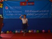 旅居柬埔寨首都金边越侨子女兴高采烈参加新学年开学典礼