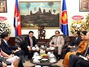 胡志明市领导前往柬埔寨总领事馆祝贺柬埔寨独立日65周年