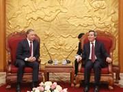 越共中央经济部部长阮文平会见俄罗斯共产党代表团