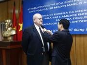 越南友好组织联合会向巴西驻越大使授予纪念章