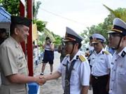 越菲两国海军在东双子岛上进行交流