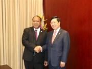 越南政府副总理兼外长范平明与巴布亚新几内亚外长举行会谈