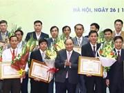 """阮春福向实施""""三农""""决议中取得优异成绩的个人和组织颁奖"""