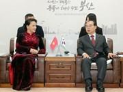 越南国会主席阮氏金银会见韩国釜山市市长吴巨敦