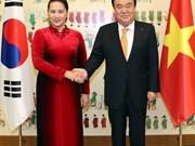 越南国会主席阮氏金银与韩国国会议长文喜相举行会谈