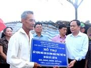 越南祖国阵线中央委员会主席走访慰问遭受1号台风影响的薄辽省受灾群众