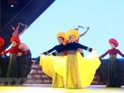 阮春福出席首届越南织锦文化节
