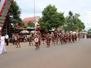 """""""织锦之路""""街头游行活动吸引2000名艺人和演员参加"""