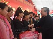 越南领导人春节前走访慰问贫民
