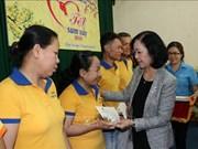 越共中央民运部部长张氏梅向同奈省贫困工人送上新年慰问品