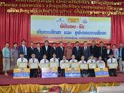 在老越南企业向贫困优秀学生颁发助学金
