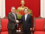 越共中央经济部部长阮文平会见美国贸易代表助理卡尔·埃勒斯