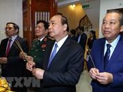 阮春福总理向胡志明市主席与革命老前辈进香