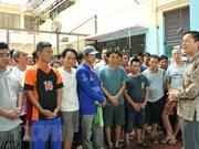 越南驻印度尼西亚大使馆代表团走访慰问被印尼拘留的越南渔民
