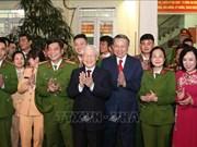 越共中央总书记、国家主席阮富仲向113警察部队和国家电力系统调度中心拜年