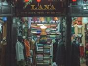 会安市裁缝店的快捷服务给外国游客留下印象