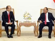 阮春福总理会见越南男足国家队主教练朴恒绪