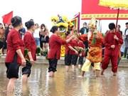 再现雄王教导农民下田插秧场景的籍田礼在富寿省举行