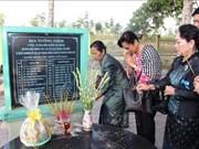 越南与柬埔寨妇女代表团上香缅怀遭波尔布特军杀害的无辜平民