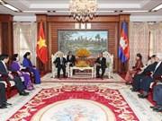 阮富仲会见柬埔寨参议院议长赛冲和国会主席韩桑林