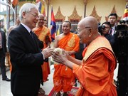 阮富仲看望慰问柬埔寨佛教大众部僧王德旺和佛教法宗派宗长大僧王布尔格里