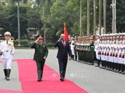 菲律宾国防部长洛伦扎纳对越南进行正式访问