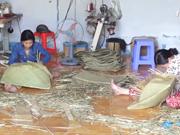 坚江省富美乡努力保护传统蒲草手工编织业