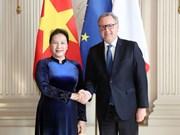 越南国会主席阮氏金银同法国国民议会议长举行会谈
