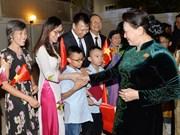 国会主席阮氏金银走访慰问越南驻卡塔尔大使馆工作人员
