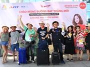 亚洲航空从泰国直飞岘港首个航班的游客来到中部各省参观旅游