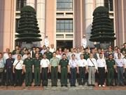 越南人民军总政治局领导会见中国援越老战士和烈士亲属代表团