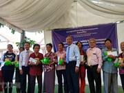 越南代表团为特困越侨和柬埔寨民众免费看病