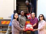"""旅居南非越南人协助遭受台风""""伊代""""影响的津巴布韦灾民"""
